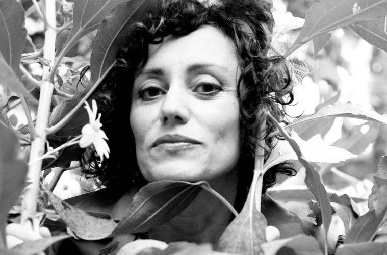 Silvia Camporesi nel suo giardino. Foto di Aldo Galliano