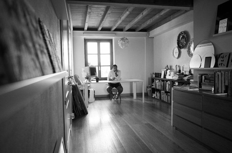 Vincenzo Marsiglia nel suo studio. Foto di Giuseppe Grosso